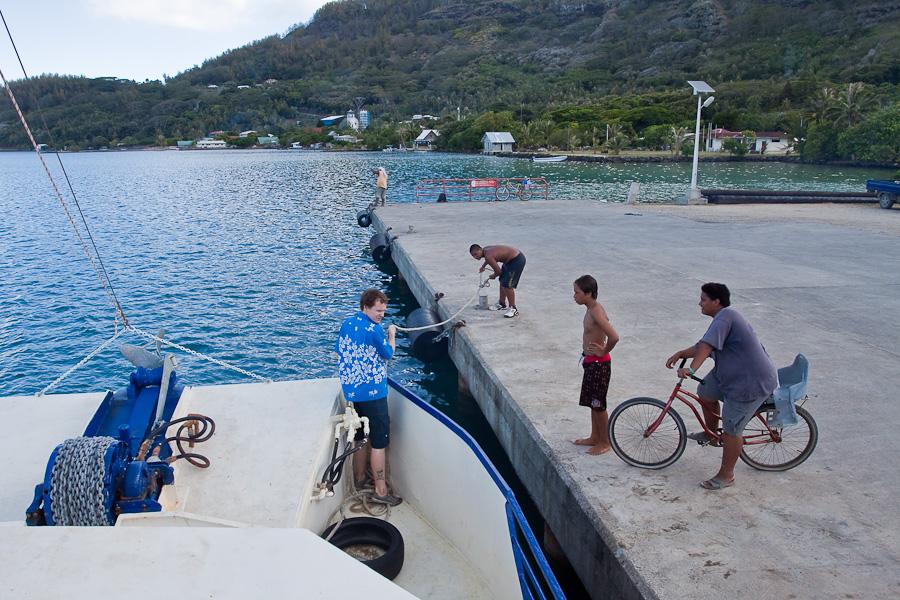 Отправление SRV Discovery из порта Рикитеа с помощью местных детей, остров Мангарева, архипелаг Гамбье