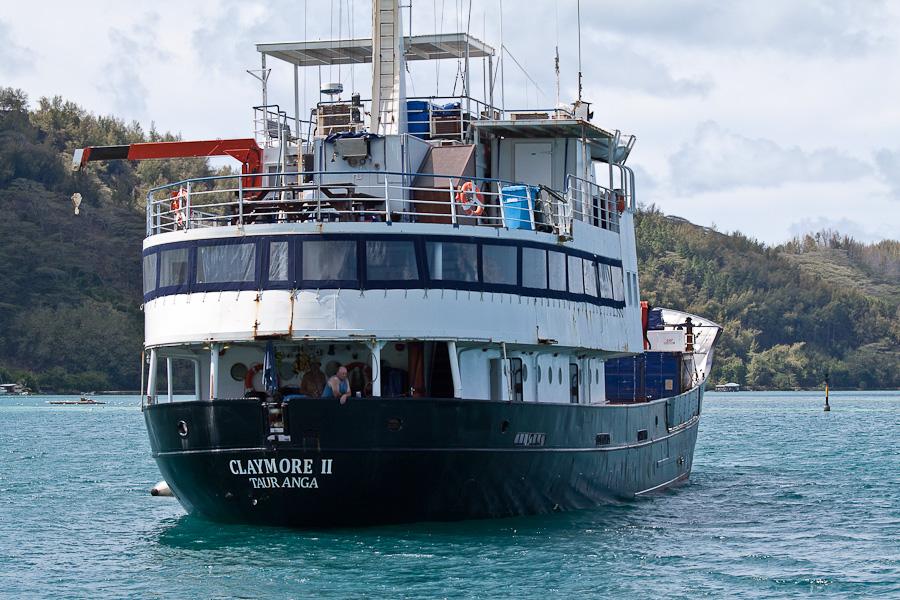 MV Claymore II в гавани Рикитеа, остров Мангарева, архипелаг Гамбье