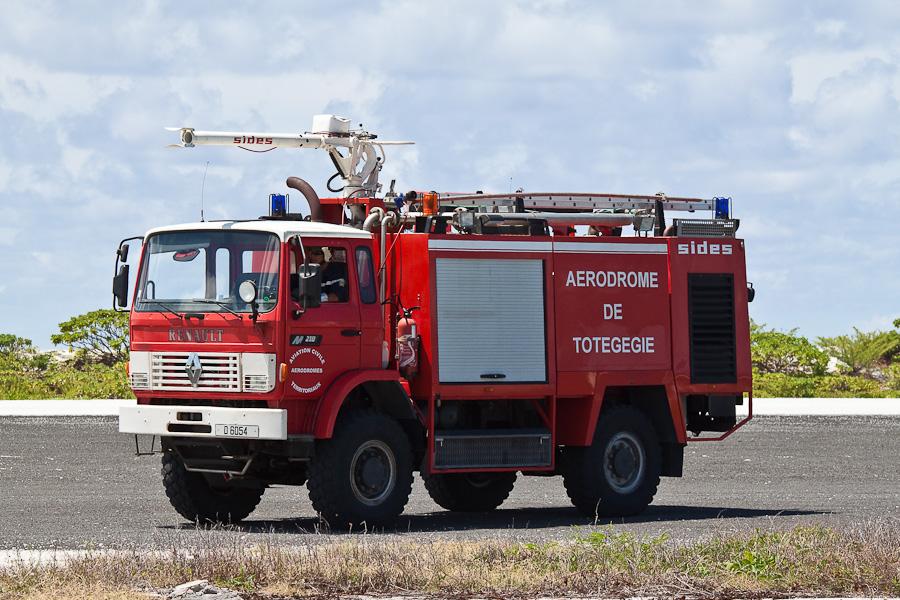 Пожарная машина. Аэропорт Мангарева, архипелаг Гамбье, Французская Полинезия
