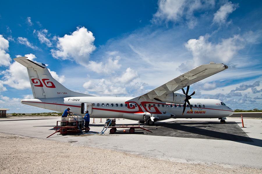 Заправка рейса VT951 на ATR72 F-OIQU, аэропорт Мангарева, архипелаг Гамбье, Французская Полинезия