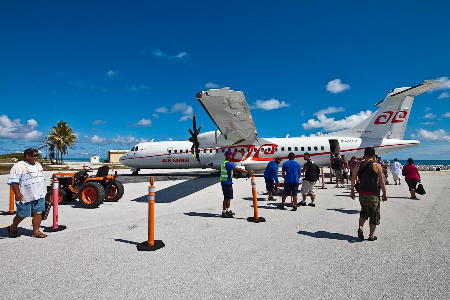Посадка пассажиров рейса VT951 на ATR72 F-OIQU, аэропорт Мангарева, архипелаг Гамбье, Французская Полинезия