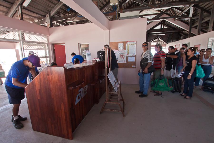 Регистрация на рейс VT951, аэропорт Мангарева, архипелаг Гамбье, Французская Полинезия