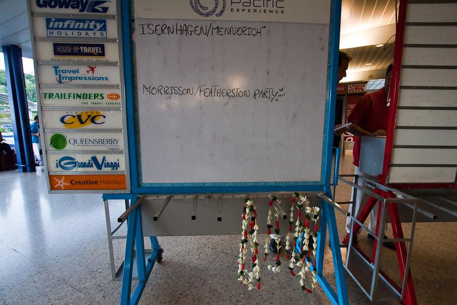 Туристические компании на Таити встречают туристов венками