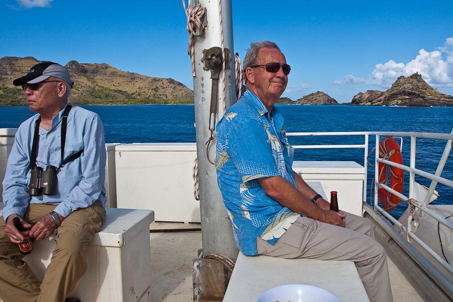 Англосаксонские пенсионеры покидают порт Рикитеа, остров Мангарева, архипелаг Гамбье на SRV Discovery