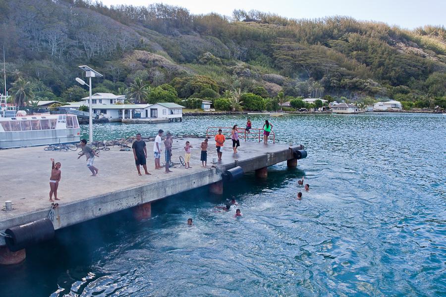 Отправление SRV Discovery и местные дети в порту Рикитеа, остров Мангарева, архипелаг Гамбье