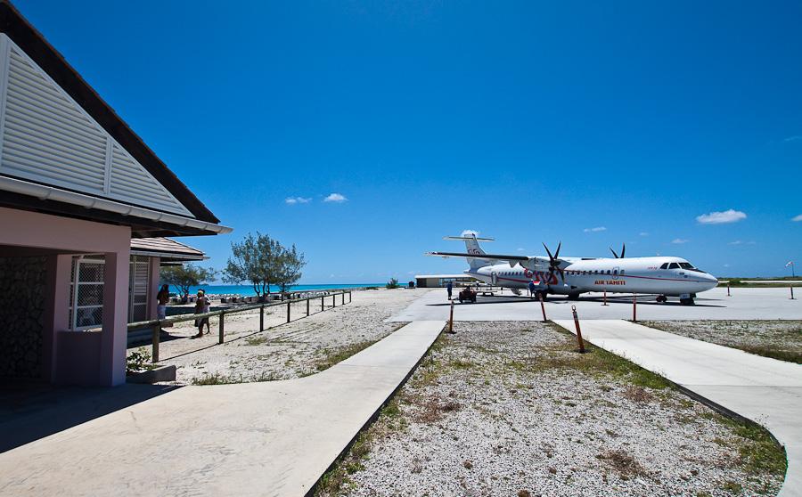 Аэровокзал и ATR72 F-OIQU, аэропорт Мангарева, архипелаг Гамбье, Французская Полинезия