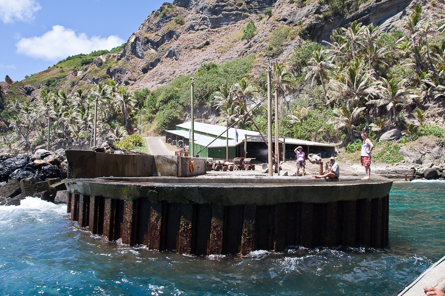 Порт в Баунти бэй, Питкэрн и Hill Of Difficulty. The port in Bounty bay, Pitcairn