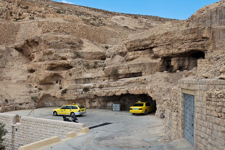 Пещеры и парковка около монастыря Мар Саба, Лавра Саввы Освященного. Parking near Mar Saba, The Holy Lavra of Saint Sabbas the Sanctified.