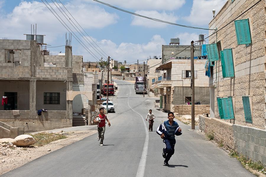 Арабские дети футболисты выбегают на дорогу и бросаются под колёса, Палестина. Palestinian arab kids playing soccer on the road, Palestine.