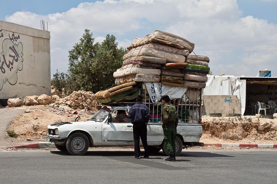 Проверка груза на палестинском блок-посту. Palestinian road checkpoint