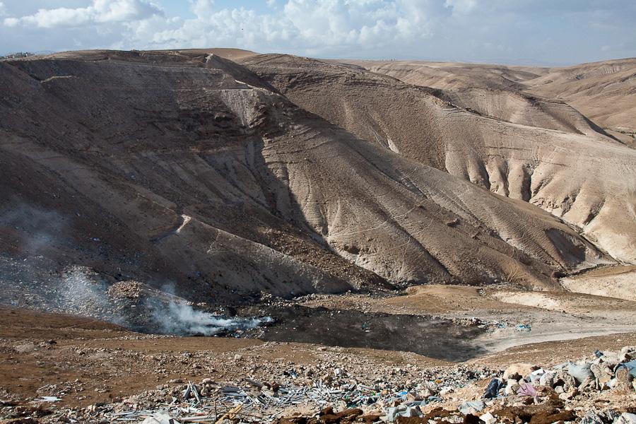 Горящая свалка - современная огненная геенна, Палестина.