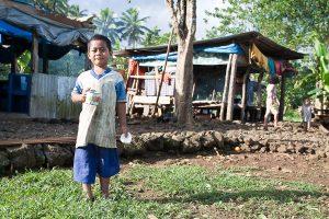 Фото - самоанский мальчик на фоне фале