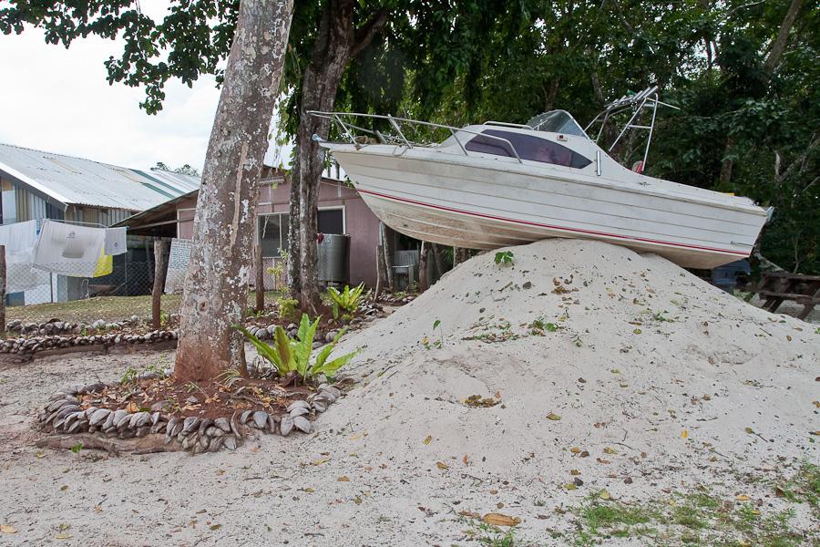 Savai'i, Samoa. Boat on a big pile of sand. Савайи, Самоа. Лодка на большой куче песка