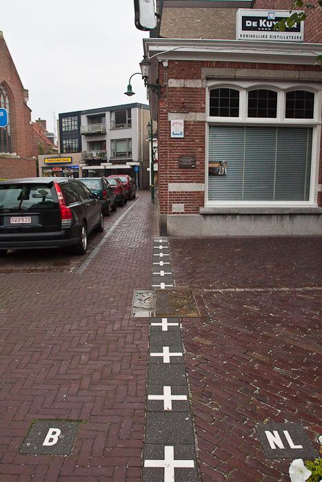 Граница делит улицу пополам в бельгийском городе Барле-Хертог и голландском Барле-Нассау. Border divides a street between countries in Belgian town Baarle-Hertog and Dutch town Baarle-Nassau