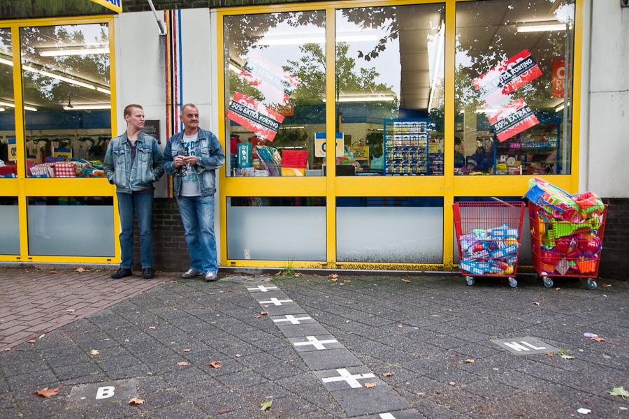 Граница обозначена на тротуаре и на доме. Госграница делит улицу и дом между странами в бельгийском городе Барле-Хертог и голландском Барле-Нассау. Border divides a street and a house between countries in Belgian town Baarle-Hertog and Dutch town Baarle-Nassau