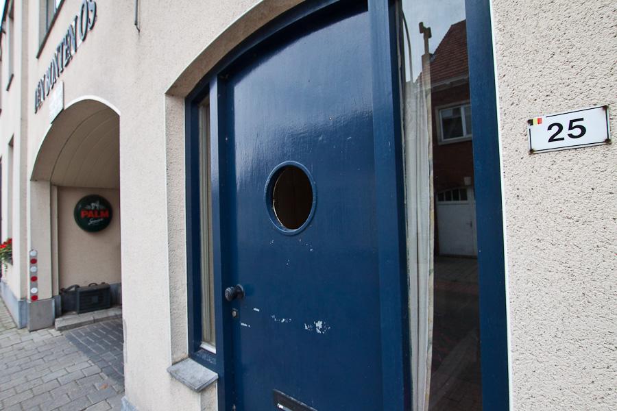 Бельгийский номер дома в бельгийском городе Барле-Хертог