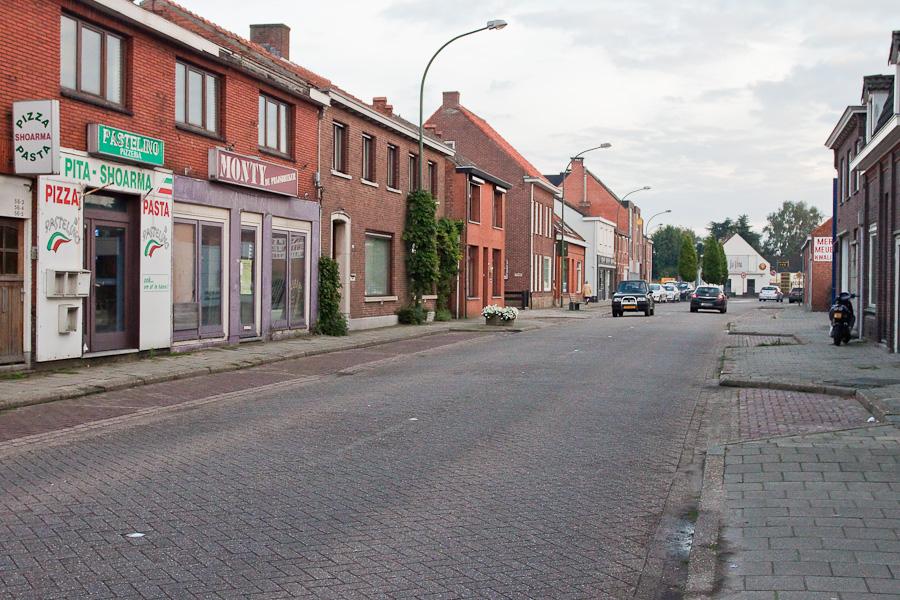 Граница делит улицу между странами в бельгийском городе Барле-Хертог и голландском Барле-Нассау. Border divides a street between countries in Belgian town Baarle-Hertog and Dutch town Baarle-Nassau