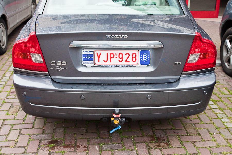 Бельгийские автономера до сих пор отличаются от унылых европейских. Belgian car plates are still different from dull EU plates.