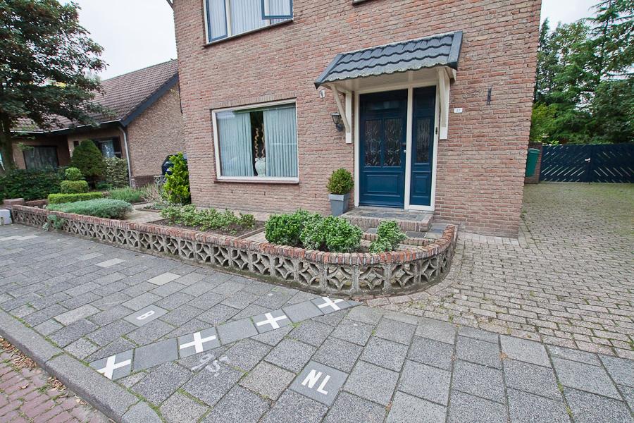 Госграница на тротуаре делит улицу пополам в бельгийском городе Барле-Хертог и голландском Барле-Нассау. Border divides a street between countries in Belgian town Baarle-Hertog and Dutch town Baarle-Nassau