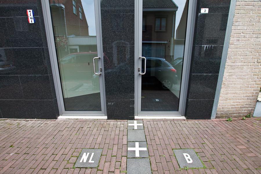 Граница делит дом пополам в бельгийском городе Барле-Хертог и голландском Барле-Нассау. Border divides a house between countries in Belgian town Baarle-Hertog and Dutch town Baarle-Nassau