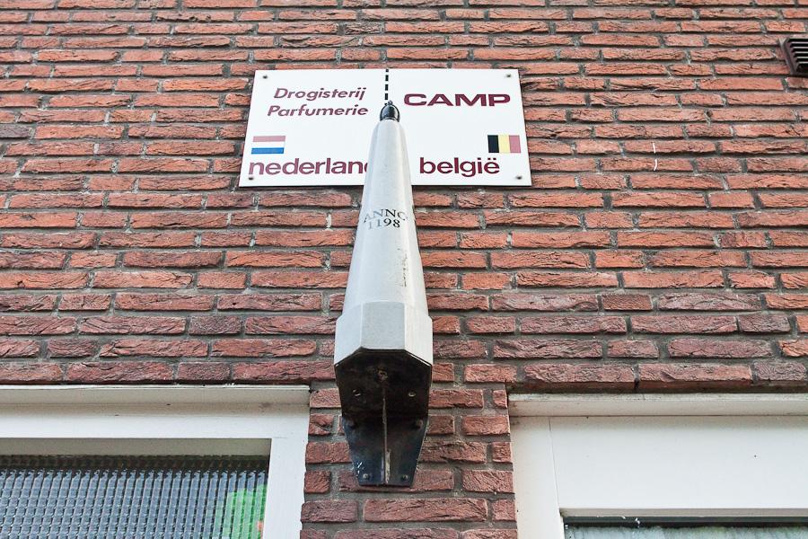 Граница делит дом между странами в бельгийском городе Барле-Хертог и голландском Барле-Нассау. Border divides a house between countries in Belgian town Baarle-Hertog and Dutch town Baarle-Nassau. Пограничный знак. Border signpost