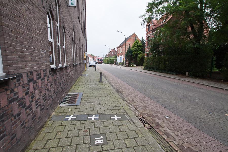 Граница на тротуаре. Госграница делит улицу и дом пополам в бельгийском городе Барле-Хертог и голландском Барле-Нассау. Border divides a street and a house between countries in Belgian town Baarle-Hertog and Dutch town Baarle-Nassau