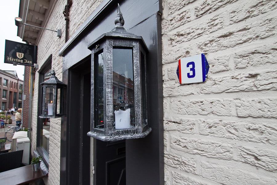 Голландский номер дома в голландском городе Барле-Нассау