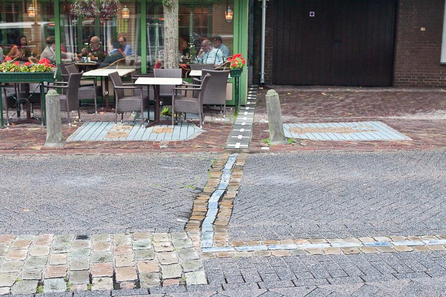 Кафе на границе Бельгии и Голландии. Граница делит улицу пополам в бельгийском городе Барле-Хертог и голландском Барле-Нассау. Border divides a street between countries in Belgian town Baarle-Hertog and Dutch town Baarle-Nassau. Cafe in Baarle-Nassau, showing border between Belgium and the Netherlands