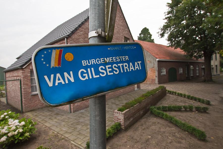 Барле. Указатель улицы в бельгийском городе Барле-Хертог. Baarle. A street name sign in Belgian town Baarle-Hertog.
