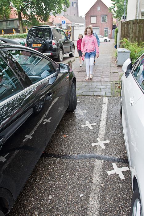 Специальная дорожная разметка для госграницы. Граница делит парковку пополам в бельгийском городе Барле-Хертог и голландском Барле-Нассау. Border divides a parking between countries in Belgian town Baarle-Hertog and Dutch town Baarle-Nassau. Road marking for country border