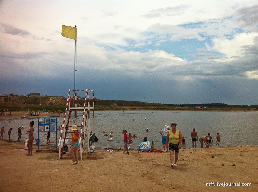 Соль-Илецк курорт, пляж с флагом, отдыхающие