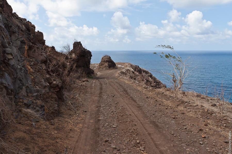 Остров Хива-Оа, Французская Полинезия, грунтовая дорога (грейдер), обрыв, вид на океан. Hiva Oa island, French Polynesia, a dirt road, Ocean view, cliff