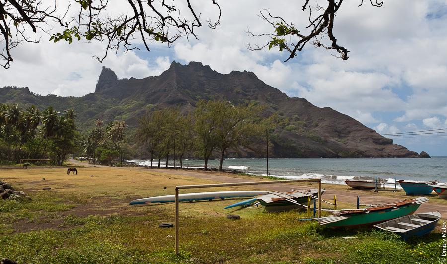 Остров Хива-Оа, Французская Полинезия, утёс, обрыв, бухта, лошадь, каное. Hiva Oa island, French Polynesia, mountains, cliffs, cove, bay, horse, canoe