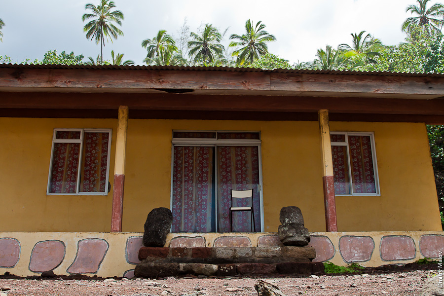 Остров Хива-Оа, Французская Полинезия, дом охраняют истукан тики. Hiva Oa island, French Polynesia, a house guarded by tiki idols