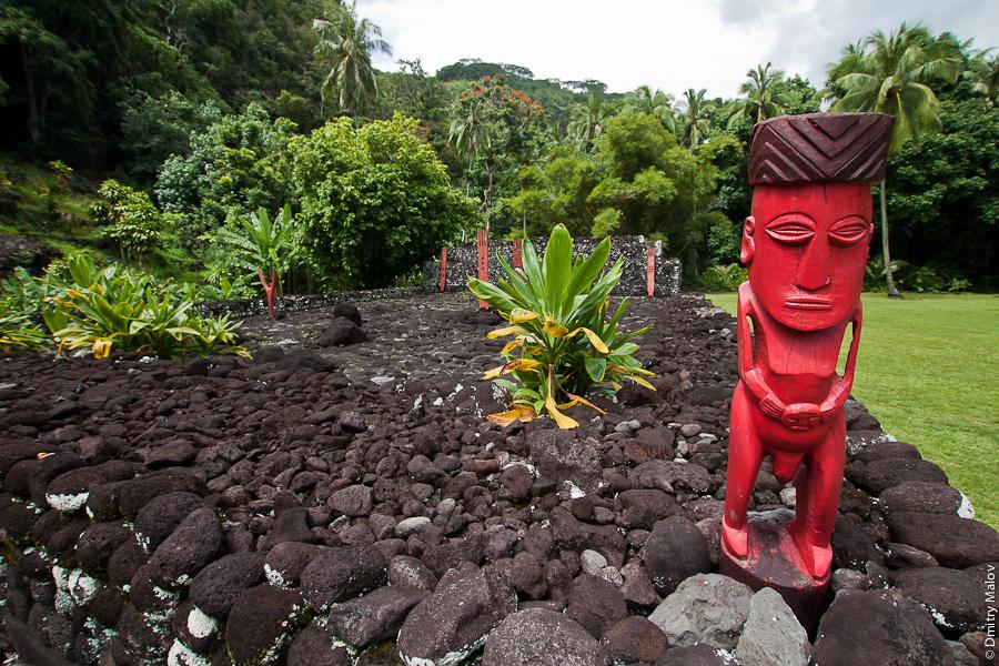 Tiki idol, Marae Arahurahu, Tahiti, French Polynesia. Марае Арахураху, Таити, Французская Полинезия. Идол тики