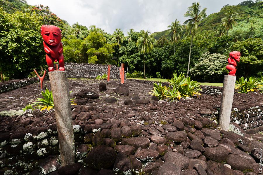Tiki idol, Marae Arahurahu, Tahiti, French Polynesia. Марае Арахураху, Таити, Французская Полинезия. Идол тики. Деревянные идолы unu, tehua, patu, алтарь, ahu.