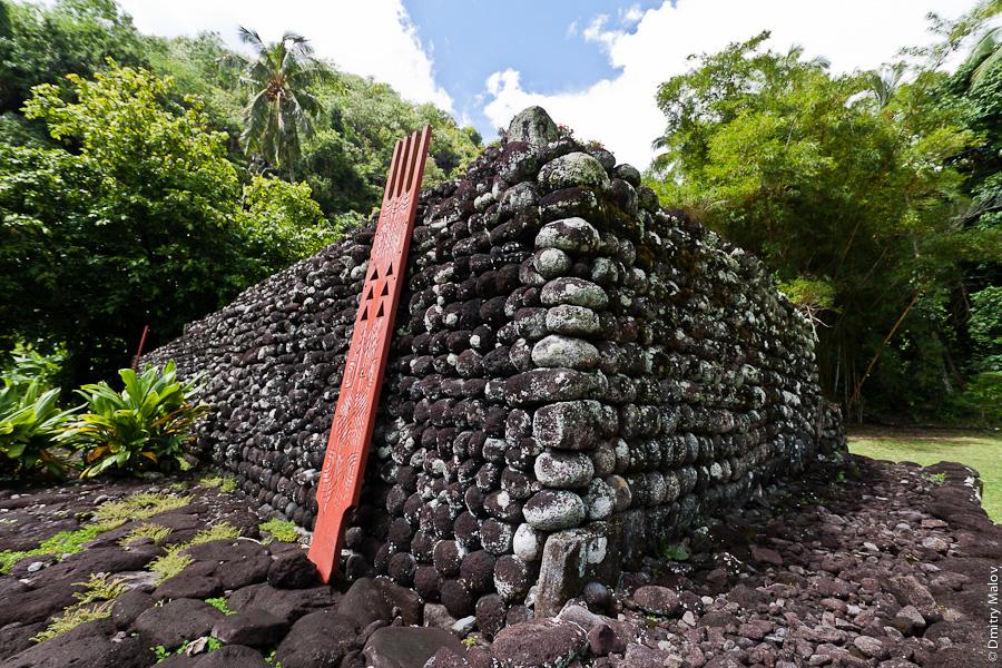 Tiki idol, Marae Arahurahu, Tahiti, French Polynesia. Марае Арахураху, Таити, Французская Полинезия. Tehua, unu, ahu