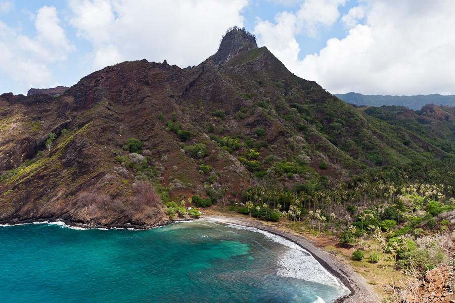 Остров Хива-Оа, Французская Полинезия, утёс, обрыв, уединённая бухта. Hiva Oa island, French Polynesia, mountains, cliffs, cove, secluded bay