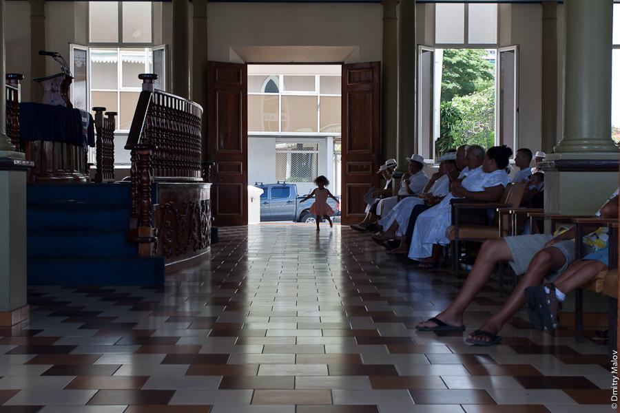 Sunday service, girl dancing. Temple Paofai in Papeete, Tahiti, French Polynesia. Воскресная служба в церкви в городе Папеэте, Таити, Французская Полинезия. Девочка танцует.