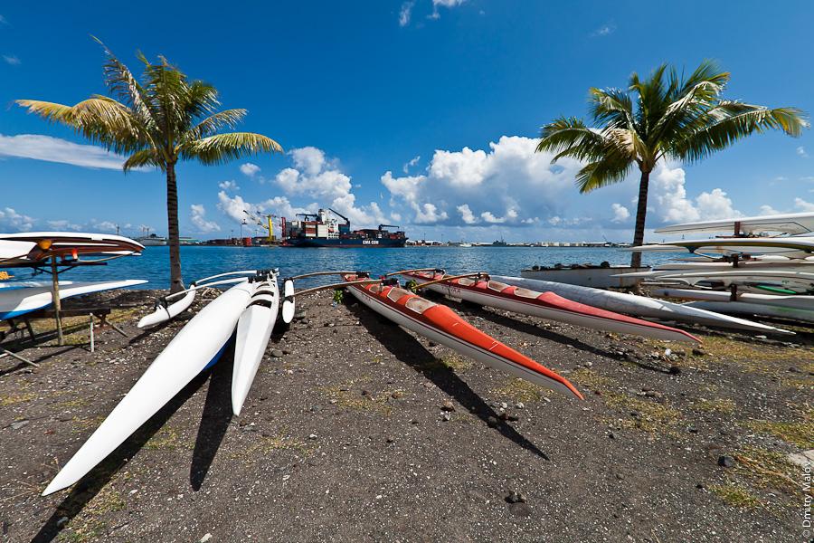 Papeete seafront, Papeete sea port, modern outrigger canoes and palms, Tahiti, French Polynesia. Набережная Папеэте, Таити, Французская Полинезия. Морской порт, современные каное с бансиром, пальмы