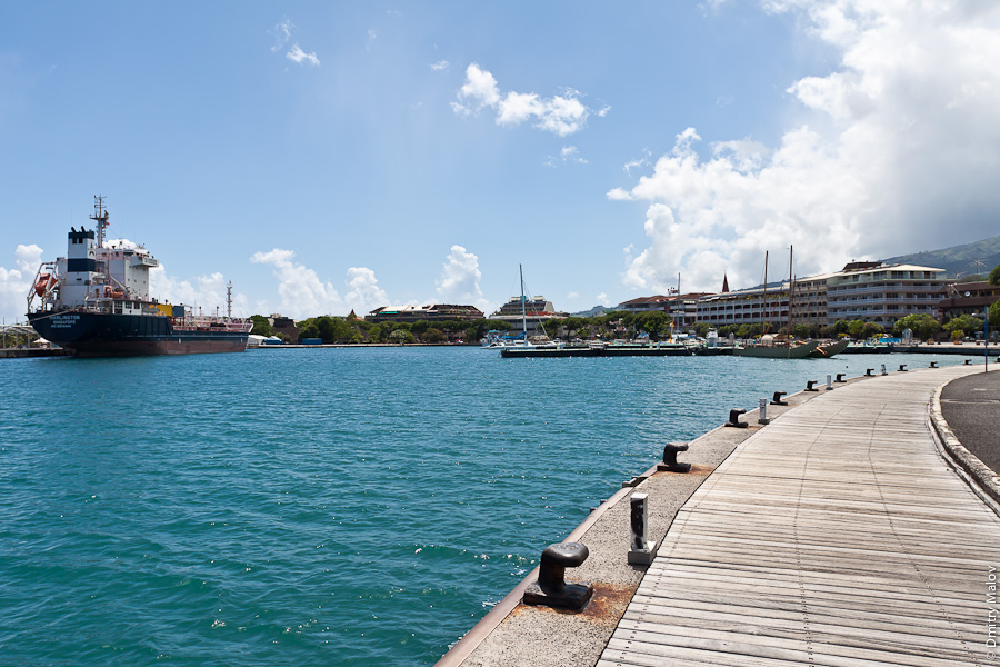 Boulevard de la Reine Pōmare IV, Papeete seafront, Tahiti, French Polynesia. Sea port. Бульвар королевы Помаре IV, набережная Папеэте, Таити, Французская Полинезия. Морской порт
