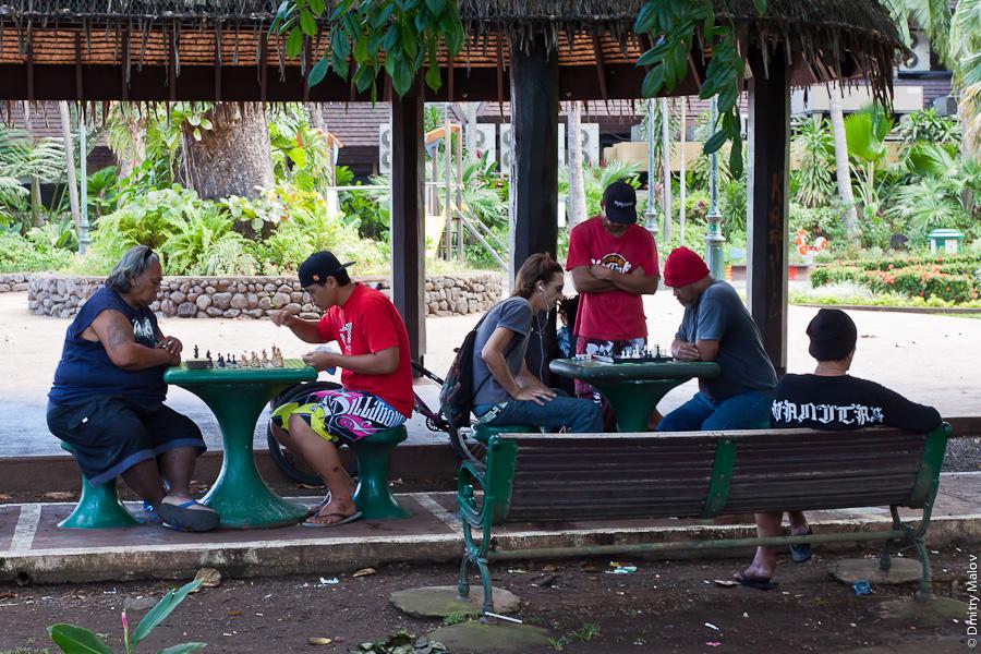A park in Papeete, Tahiti, French Polynesia. Парк в городе Папеэте, Таити, Французская Полинезия. Chess players. Игроки в шахматы