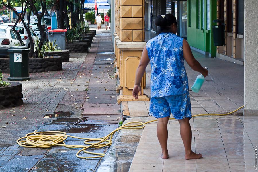 Papeete streets, Tahiti, French Polynesia. Shampoo washing the sidewalks. Улица города Папеэте, Таити, Французская Полинезия. Мытьё тротуаров с шампунем