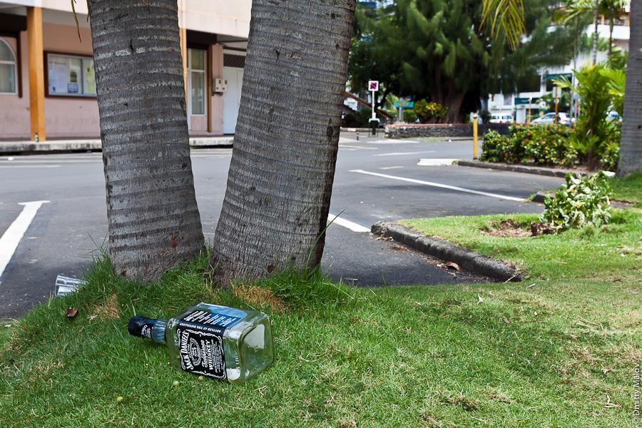 Papeete streets, Tahiti, French Polynesia. Улицы города Папеэте, Таити, Французская Полинезия. A 0,7L bottle of Jack Daniels