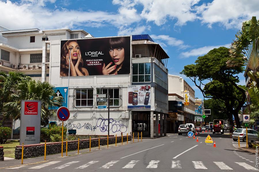 Papeete streets, Tahiti, French Polynesia. Улица города Папеэте, Таити, Французская Полинезия. Реклама, брэндмауэр L'Oréal advertising/billboard/poster. Credicom, Banque de polynesie
