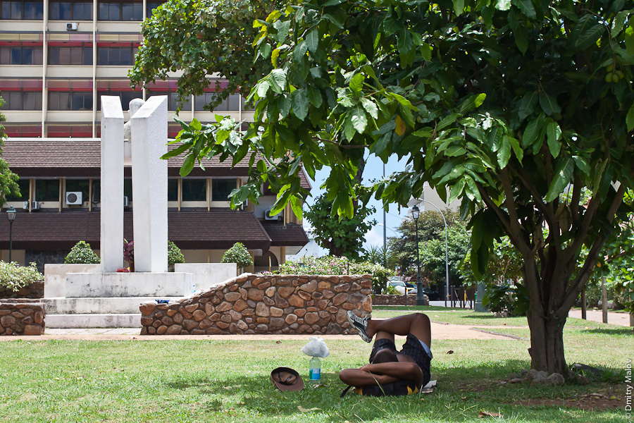 A man sleeping in a park, Papeete, Tahiti, French Polynesia. Мужчина спит в парке в городе Папеэте, Таити, Французская Полинезия.