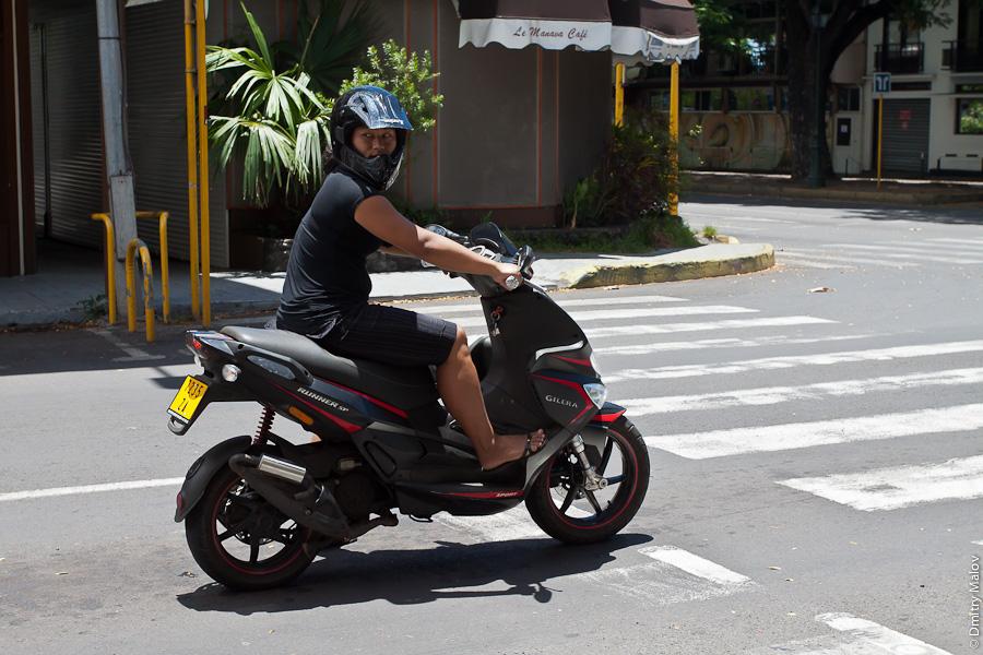 Papeete streets, Tahiti, French Polynesia. Улицы города Папеэте, Таити, Французская Полинезия. Мотоциклист. Scooterist. Скутерист.