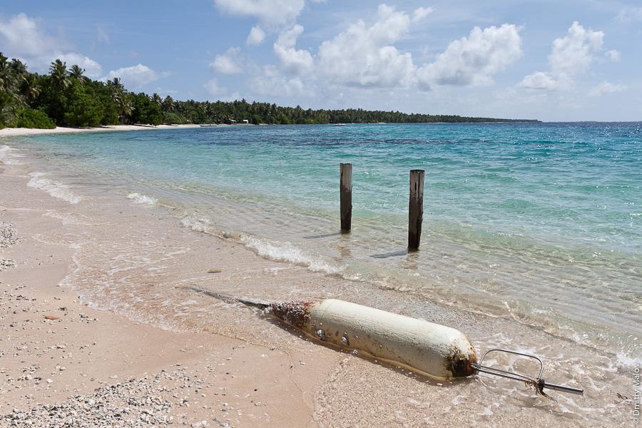 Маршалловы острова, внешние острова атолла Маджуро, моту, лагуна, океан, ржавый буй, пляж из белого песка. Marshall Islands, Majuro Atoll outer islands, motu, lagoon, ocean, sandy white beach, rusty buoy