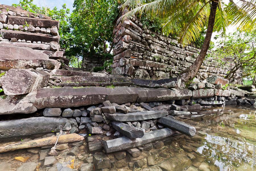 Главные ворота Нан-Мадола, остров Понпеи, Микронезия, Тихий океан. Nan Madol main gate, Pohnpei, Micronesia, Pacific
