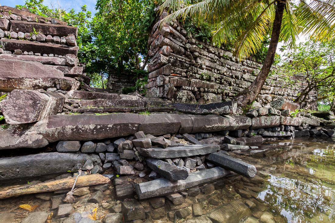 Главные ворота Нан-Мадола, остров Понпеи, Микронезия, Океания, Тихий океан. Nan Madol main gate, Pohnpei, Micronesia, Oceania, Pacific